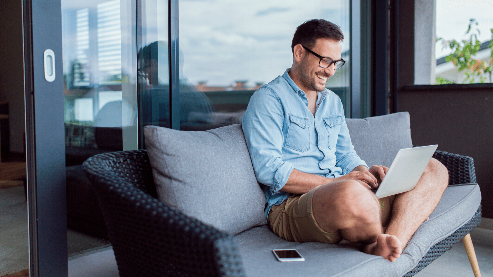 What are the pros and cons of remote working?